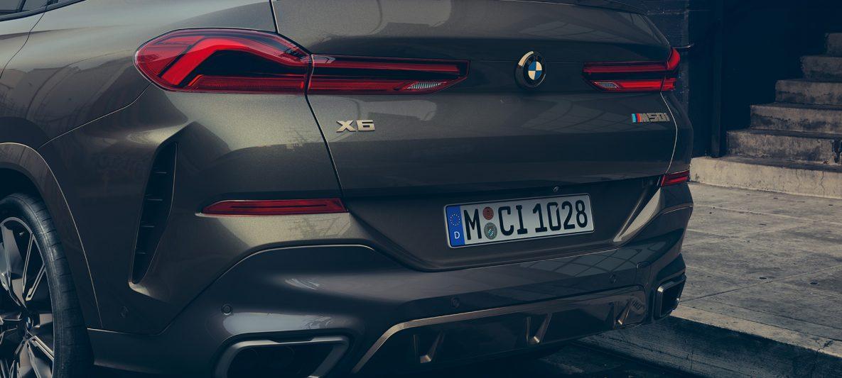 Nahaufnahme des Hecks des BMW X6 M50i