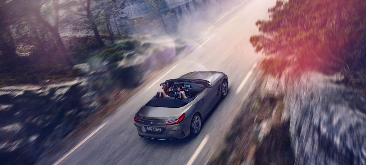 BMW Z4 M40i Roadster G29 2019 Cabrio BMW Individual Frozen Grey metallic fahrend mit geöffnetem Verdeck Vogelperspektive