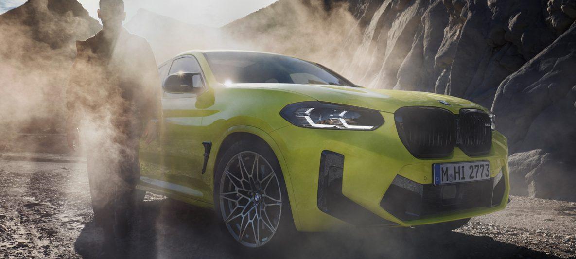 BMW X4 M Competition F98 LCI Facelift 2021 Sao Paulo Gelb Dreiviertel-Frontansicht mit Mann im Nebel