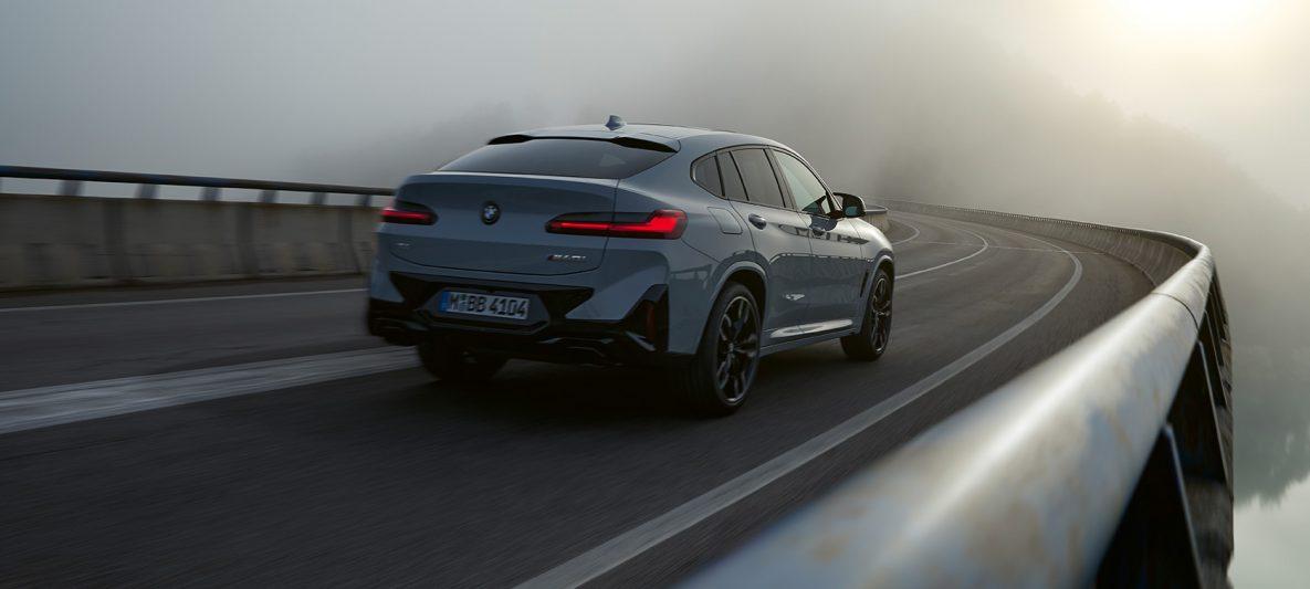 BMW X4 G02 Original BMW Zubehör Brooklyn Grau Dreiviertel Heckansicht fahrend 2021