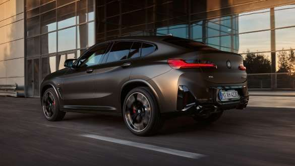 BMW X4 M40i M40d G02 LCI 2021 Facelift M Sportdifferenzial Dreiviertel-Heckansicht vor Glasfassade